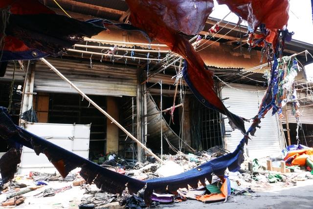 Hà Nội: Chợ Tó tan hoang sau hơn 30 phút hỏa hoạn - 5