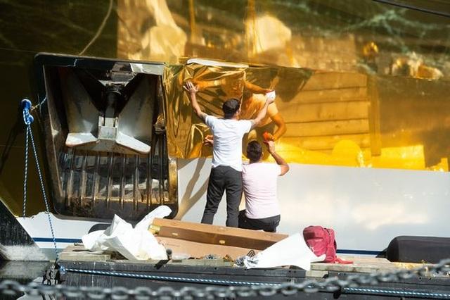 Chiêm ngưỡng siêu du thuyền dát vàng trị giá 20 triệu USD bên bờ biển - 2