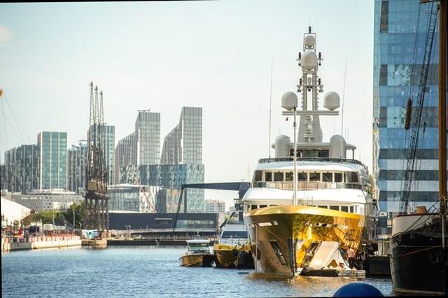 Chiêm ngưỡng siêu du thuyền dát vàng trị giá 20 triệu USD bên bờ biển - 4
