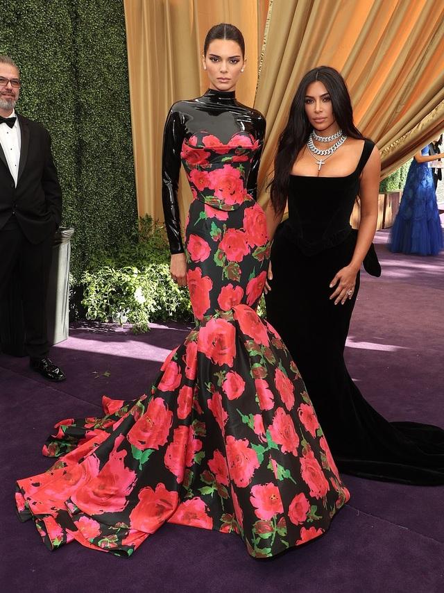 Kim Kardashian diện váy hở ngực táo bạo trên thảm đỏ Emmy - 7