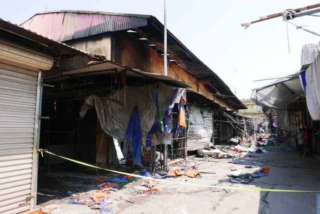 Hà Nội: Chợ Tó tan hoang sau hơn 30 phút hỏa hoạn - 1