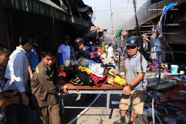 Hà Nội: Chợ Tó cháy dữ dội, tiểu thương hối hả ôm đồ tháo chạy - 2