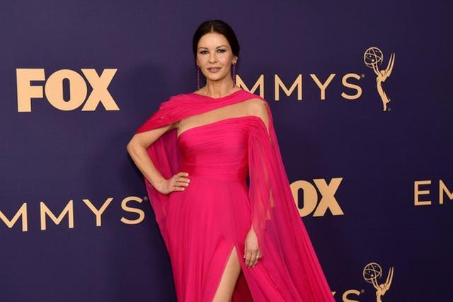 Catherine Zeta-Jones rực rỡ váy hồng bên chồng U80 - 8
