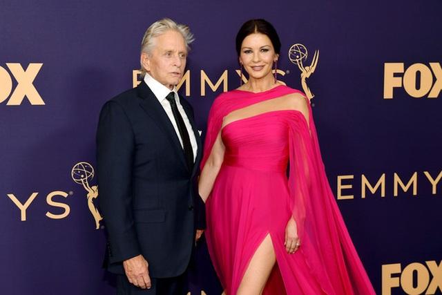 Catherine Zeta-Jones rực rỡ váy hồng bên chồng U80 - 10