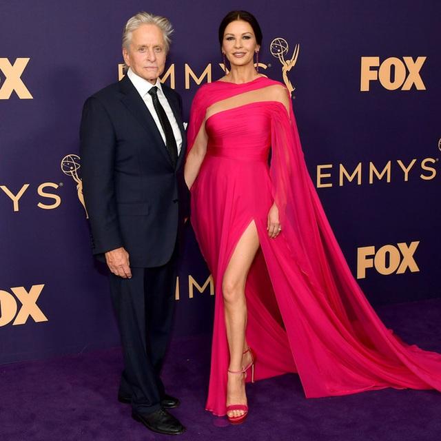 Catherine Zeta-Jones rực rỡ váy hồng bên chồng U80 - 2