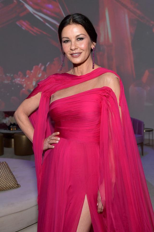 Catherine Zeta-Jones rực rỡ váy hồng bên chồng U80 - 6