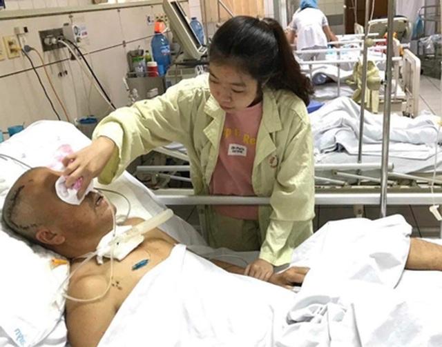 Khép lại giảng đường đại học, nữ sinh bắt xe tức tốc vào viện chăm bố - 1