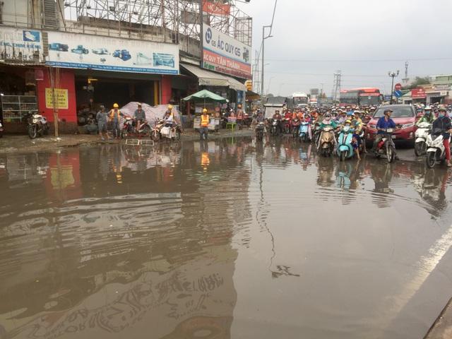 Giao thông Sài Gòn tắc cứng, tê liệt ở cả 2 đầu cửa ngõ - 1