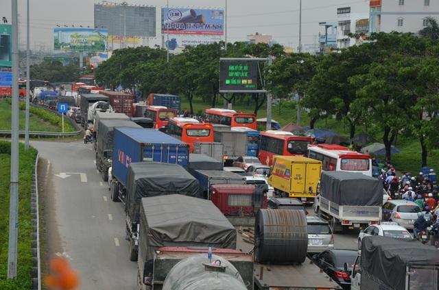 Giao thông Sài Gòn tắc cứng, tê liệt ở cả 2 đầu cửa ngõ - 9