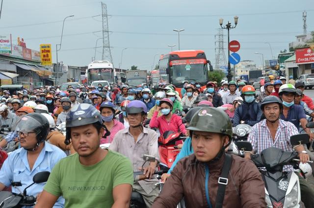 Giao thông Sài Gòn tắc cứng, tê liệt ở cả 2 đầu cửa ngõ - 2