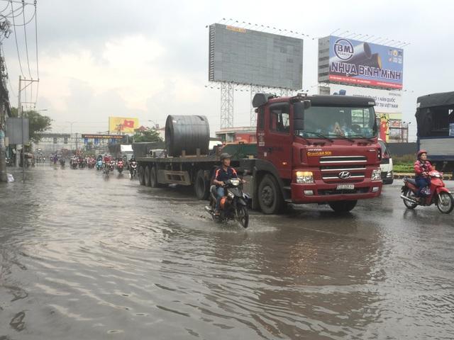 Giao thông Sài Gòn tắc cứng, tê liệt ở cả 2 đầu cửa ngõ - 4