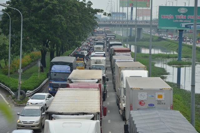Giao thông Sài Gòn tắc cứng, tê liệt ở cả 2 đầu cửa ngõ - 6