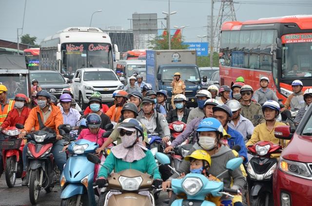 Giao thông Sài Gòn tắc cứng, tê liệt ở cả 2 đầu cửa ngõ - 7