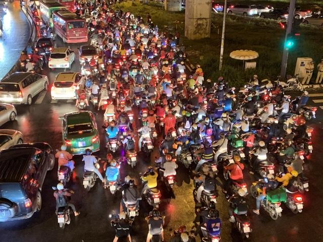 Giao thông Sài Gòn tắc cứng, tê liệt ở cả 2 đầu cửa ngõ - 12