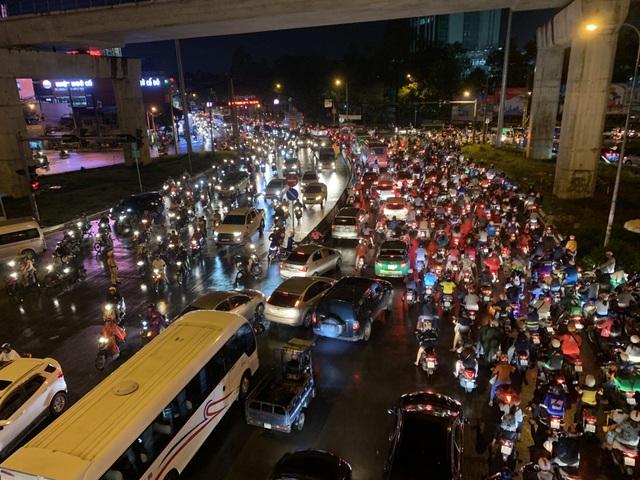 Giao thông Sài Gòn tắc cứng, tê liệt ở cả 2 đầu cửa ngõ - 10