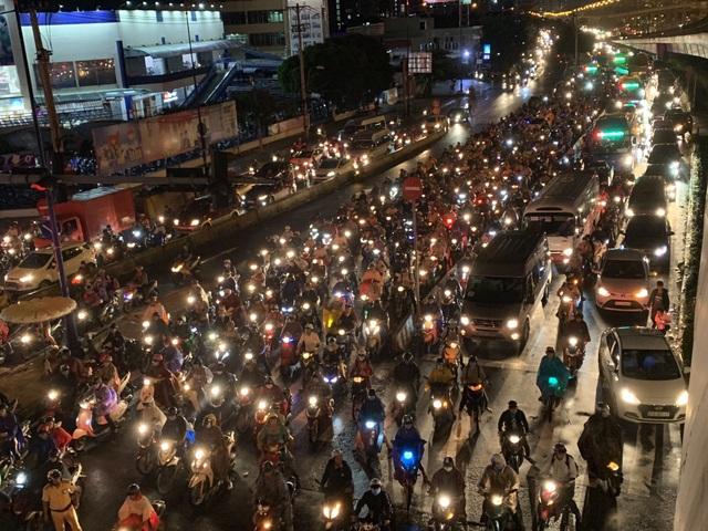 Giao thông Sài Gòn tắc cứng, tê liệt ở cả 2 đầu cửa ngõ - 11