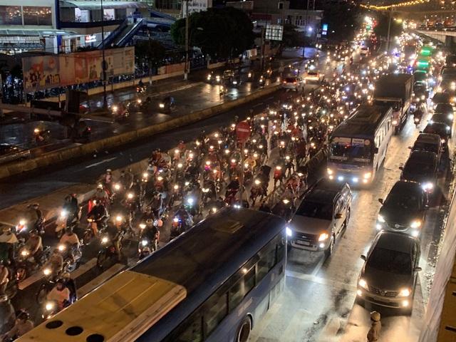 Giao thông Sài Gòn tắc cứng, tê liệt ở cả 2 đầu cửa ngõ - 19