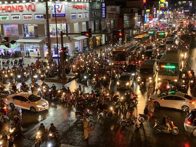Giao thông Sài Gòn tắc cứng, tê liệt ở cả 2 đầu cửa ngõ - 18