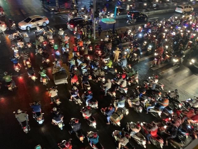 Giao thông Sài Gòn tắc cứng, tê liệt ở cả 2 đầu cửa ngõ - 14