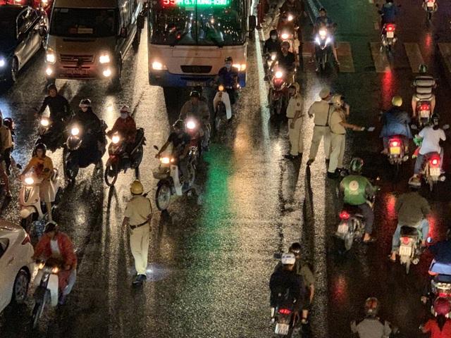 Giao thông Sài Gòn tắc cứng, tê liệt ở cả 2 đầu cửa ngõ - 13