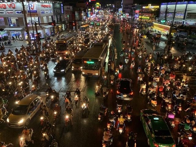 Giao thông Sài Gòn tắc cứng, tê liệt ở cả 2 đầu cửa ngõ - 15