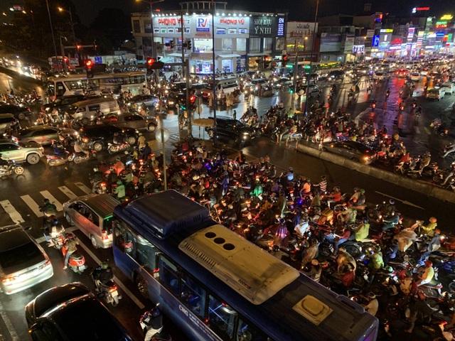 Giao thông Sài Gòn tắc cứng, tê liệt ở cả 2 đầu cửa ngõ - 16