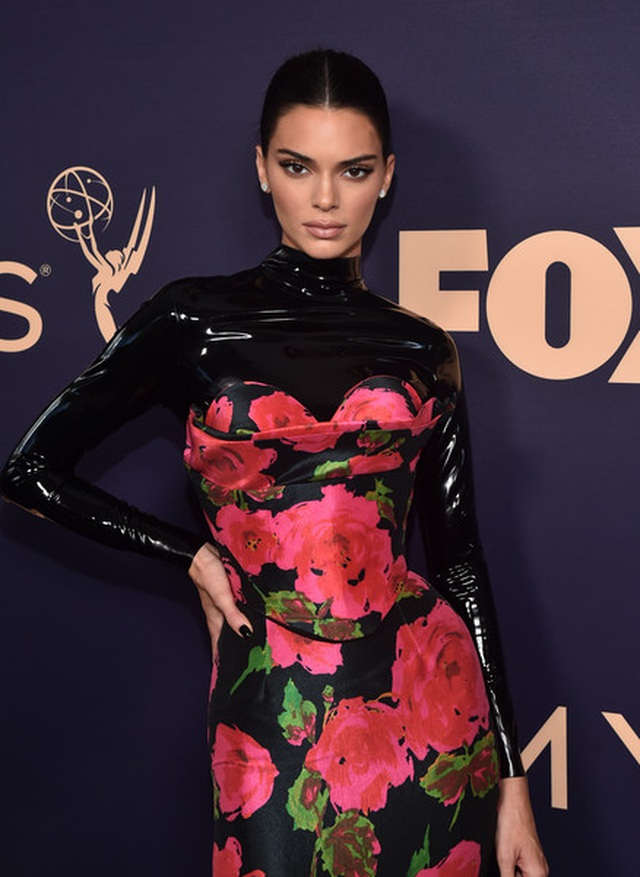 Kim Kardashian diện váy hở ngực táo bạo trên thảm đỏ Emmy - 6