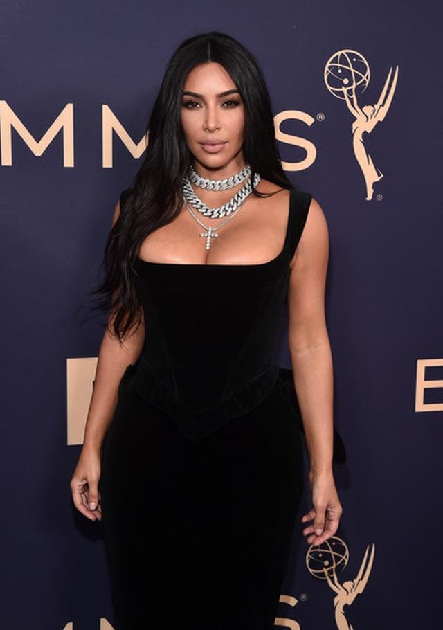 Kim Kardashian diện váy hở ngực táo bạo trên thảm đỏ Emmy - 2