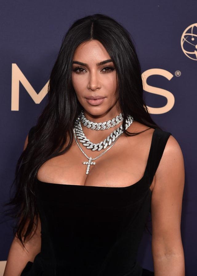 Kim Kardashian diện váy hở ngực táo bạo trên thảm đỏ Emmy - 1