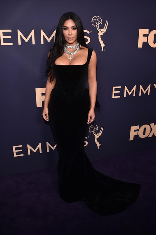 Kim Kardashian diện váy hở ngực táo bạo trên thảm đỏ Emmy - 3
