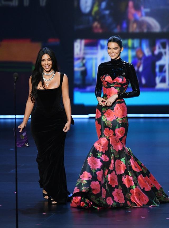 Kim Kardashian diện váy hở ngực táo bạo trên thảm đỏ Emmy - 8