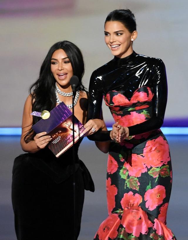 Kim Kardashian diện váy hở ngực táo bạo trên thảm đỏ Emmy - 9