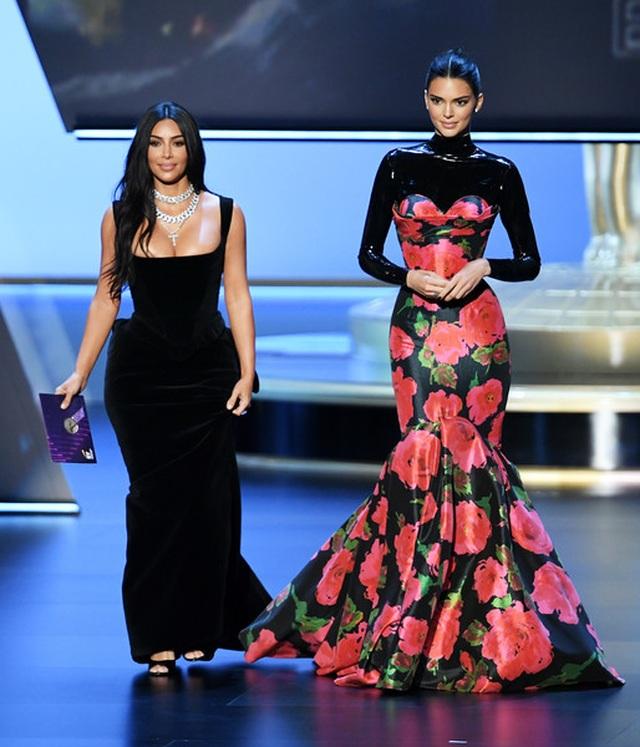 Kim Kardashian diện váy hở ngực táo bạo trên thảm đỏ Emmy - 10