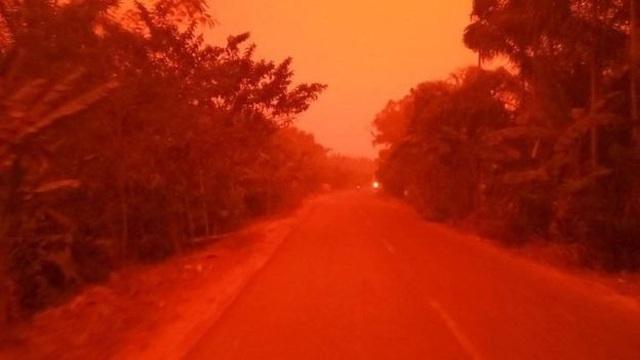 Bầu trời đỏ rực như máu giữa ban ngày - 2