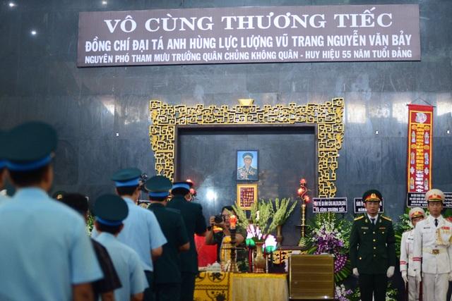 Đồng đội lưu luyến tiễn đưa Anh hùng Đại tá phi công Nguyễn Văn Bảy - 7
