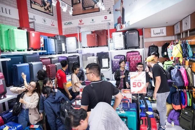 Dòng người mua vali vẫn tấp nập dù đang mùa du lịch thấp điểm - 3