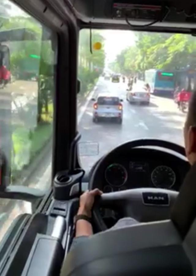 Hà Nội: Lộ diện tài xế ô tô không nhường đường cho xe chữa cháy - 2
