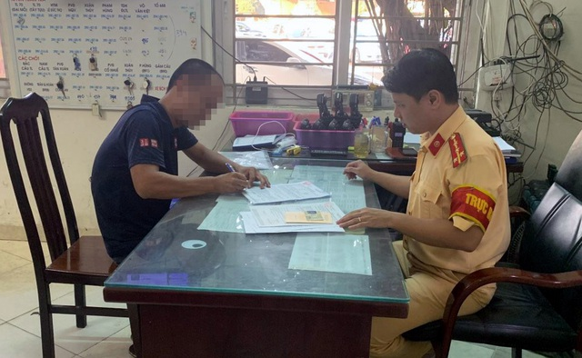 Hà Nội: Lộ diện tài xế ô tô không nhường đường cho xe chữa cháy - 1