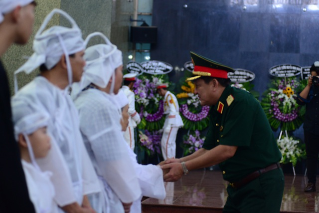 Đồng đội lưu luyến tiễn đưa Anh hùng Đại tá phi công Nguyễn Văn Bảy - 12