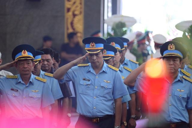 Đồng đội lưu luyến tiễn đưa Anh hùng Đại tá phi công Nguyễn Văn Bảy - 13