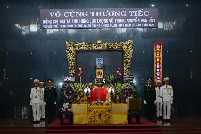 Đồng đội lưu luyến tiễn đưa Anh hùng Đại tá phi công Nguyễn Văn Bảy - 1