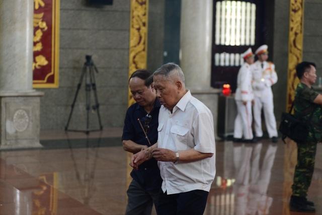 Đồng đội lưu luyến tiễn đưa Anh hùng Đại tá phi công Nguyễn Văn Bảy - 3