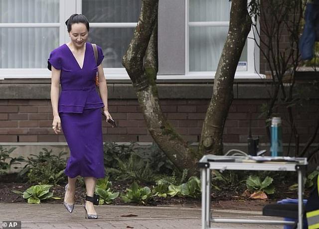 """""""Công chúa"""" Huawei đeo vòng định vị tới tòa Canada - 1"""