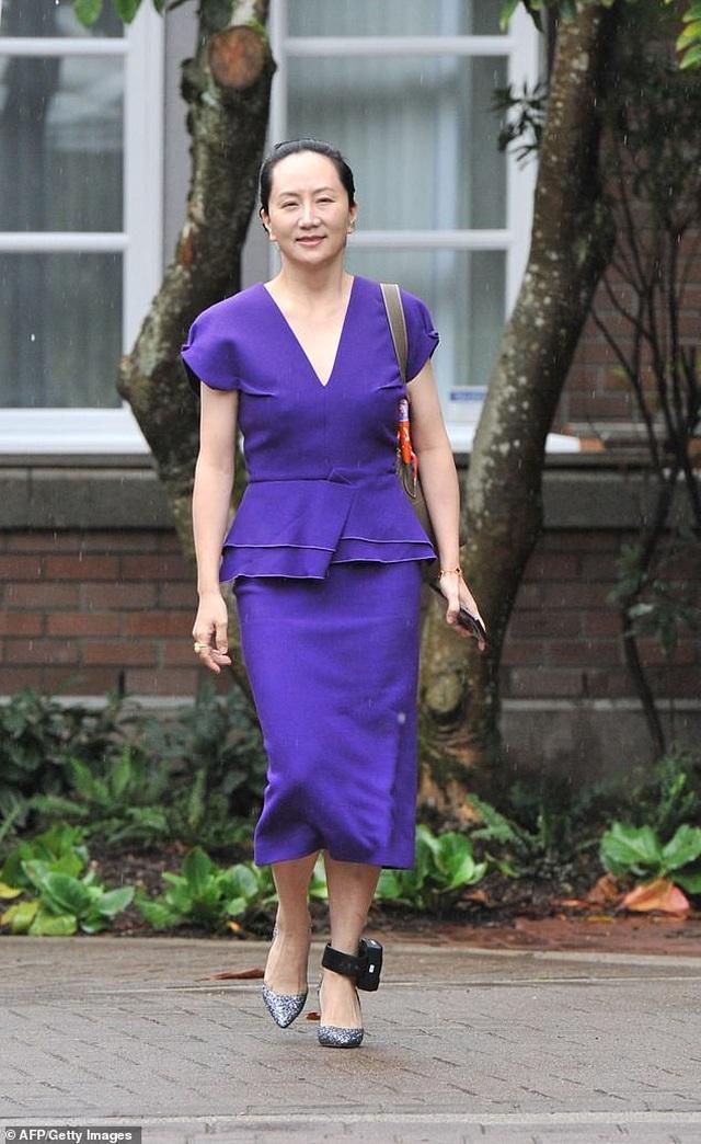 """""""Công chúa"""" Huawei đeo vòng định vị tới tòa Canada - 2"""