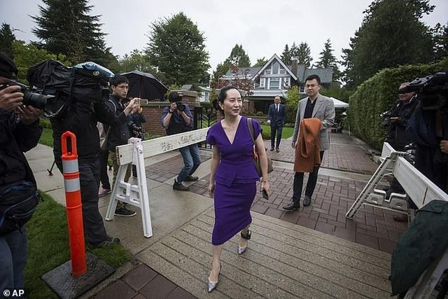 """""""Công chúa"""" Huawei đeo vòng định vị tới tòa Canada - 4"""