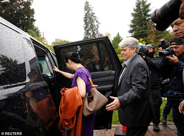 """""""Công chúa"""" Huawei đeo vòng định vị tới tòa Canada - 6"""