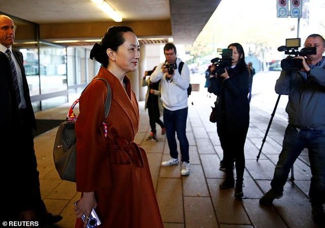 """""""Công chúa"""" Huawei đeo vòng định vị tới tòa Canada - 7"""