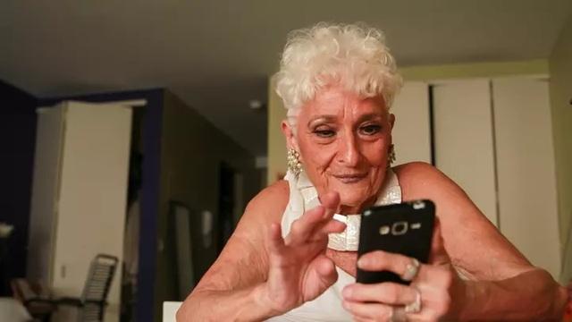Cụ bà 83 tuổi vẫn tích cực dùng ứng dụng hẹn hò để... tìm bạn trai - 1