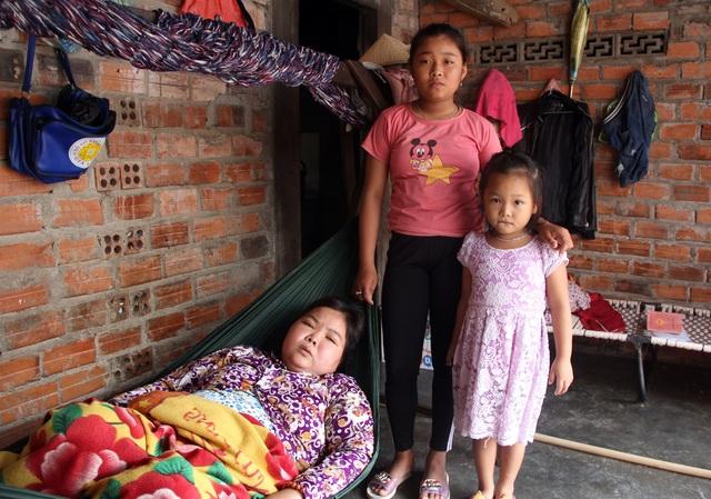 Xót thương bé gái 12 tuổi đạp xe khắp ngõ, ngách bán vé số chăm mẹ và em thơ - 1