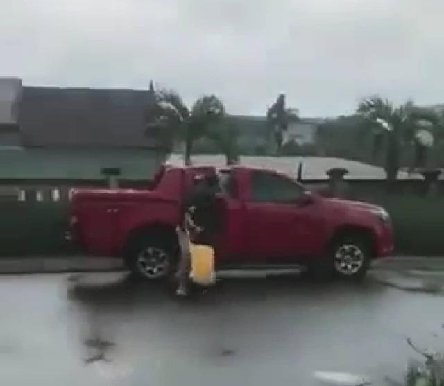 Xôn xao clip người đàn ông tấn công 1 phụ nữ ngay giữa quốc lộ - 1